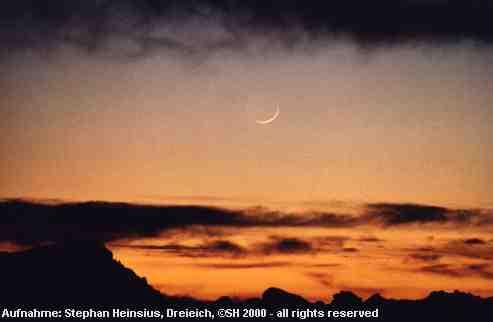Mondsichel über Lavafeld
