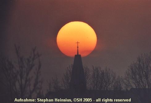Sonnenaufgang hinter der katholischen Kirche von Götzenhain